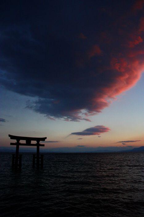 びわ湖に浮かぶ白鬚神社大鳥居 秋の夕景